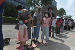 """Coronavirus : l'OMS prévient que la pandémie """"s'accélère""""."""