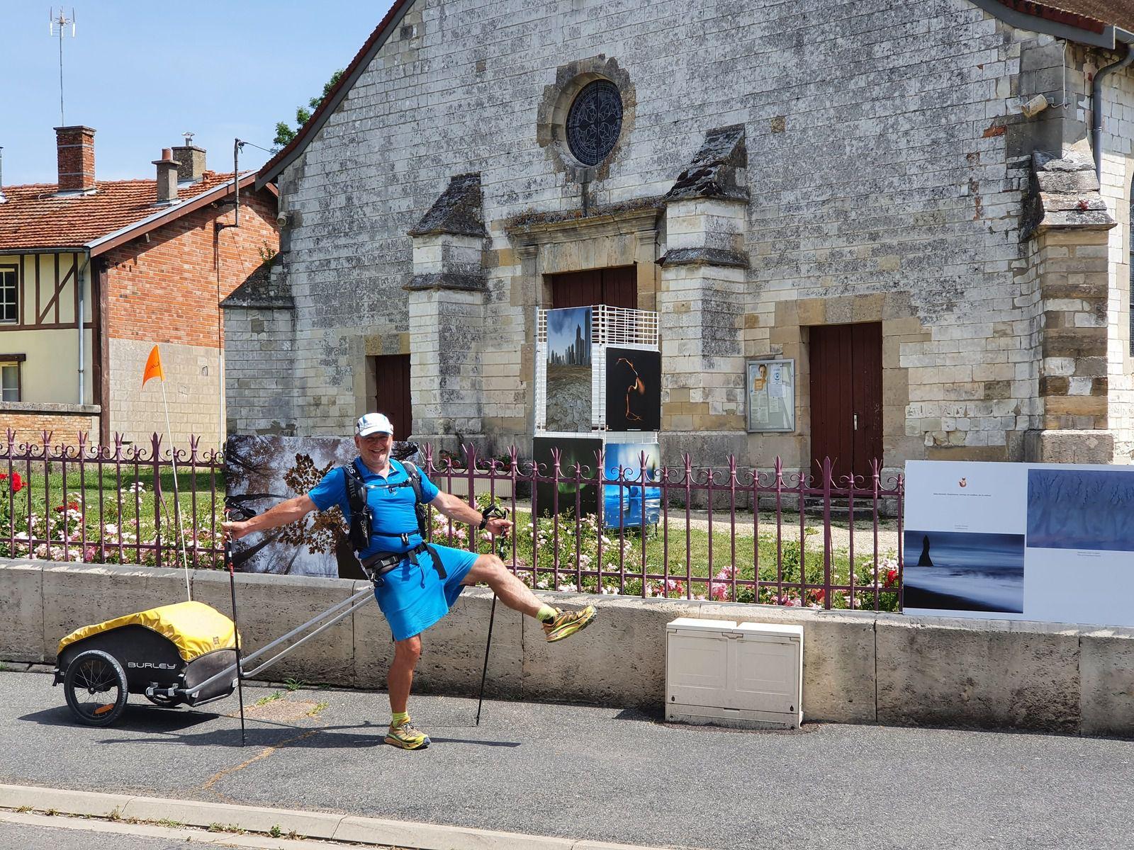 Frédéric Lefebvre arrive à l'église de Saint-Remy-en-Bouzemont
