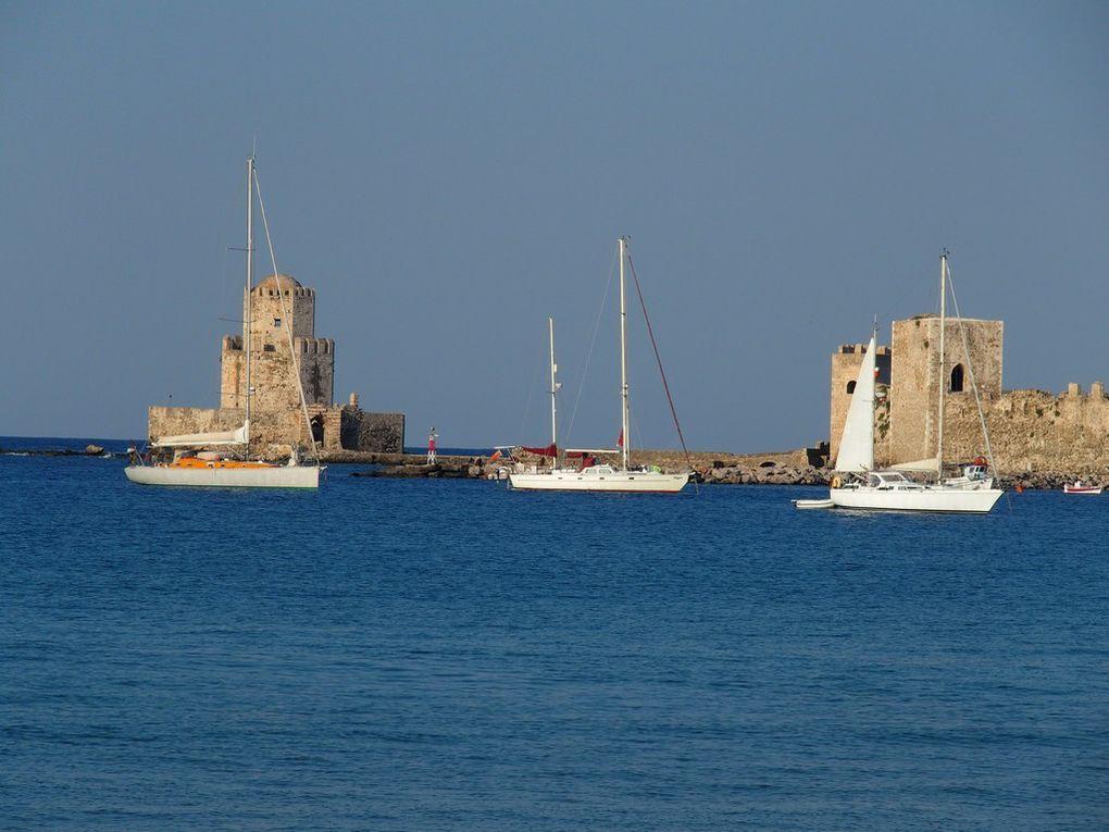 départ de Méthoni, la mer avec la citadelle en toile de fond ...