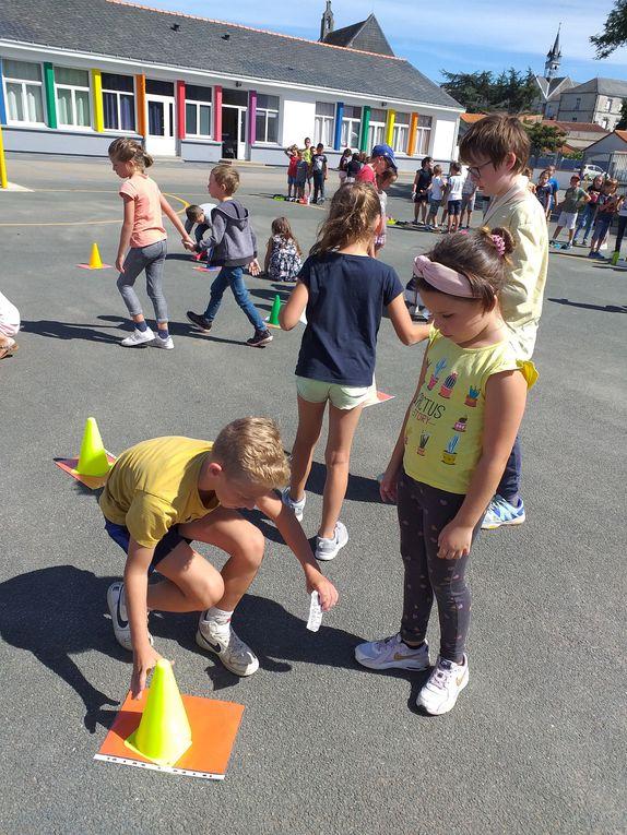 Ce jeudi 3 septembre , tous les enfants du CP au CM2 se sont retrouvés sous un beau soleil pour partager un agréable moment. Nous comptons sur eux pour vous raconter ce jeu d'entraide qui leur a permis de se connaître un peu mieux en ce début d'année !