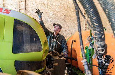 Reportage sur le long terme sur Vic' l'agriculteur, partie 3 : Le déserbage des oignons