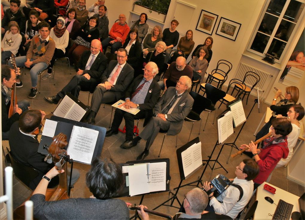 Die Folkband der Sing- und Musikschule unter Leitung von Andreas Franzky und Rainer Nürnberger unterhielt unter anderem mit musikalischen Beiträgen aus den Herkunftsländern von Fairtrade-Produkten.