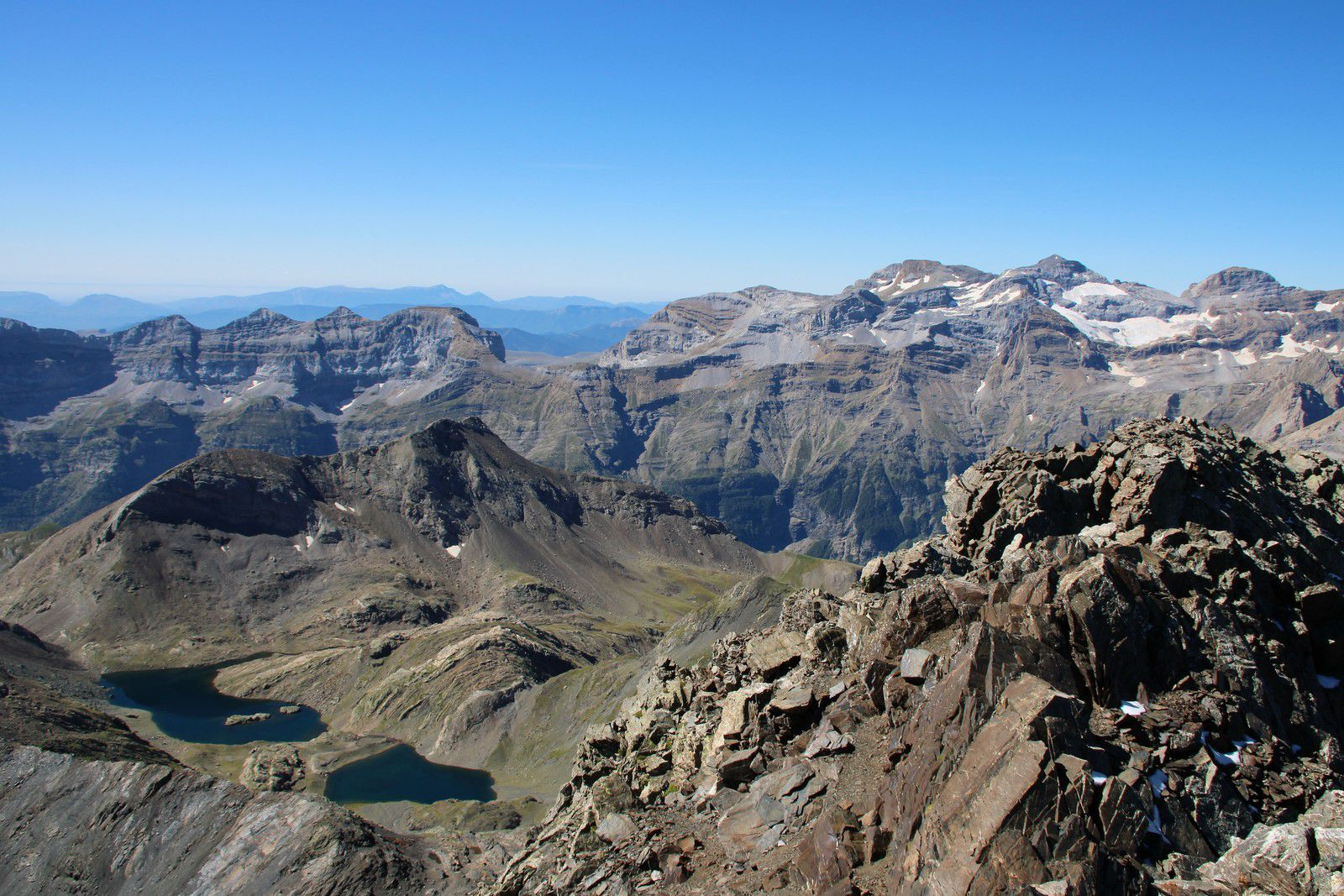 Les lacs de la Munia et le massif du Mont Perdu depuis la Munia.