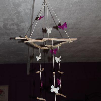 Mobile en bois flotté et papillons