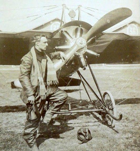 Aujourd'hui Saint Félix. Fête de mon grand père maternel Félix Noël ici devant son avion à Courcy.