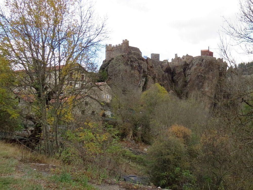 Très petit village, occupant une position exceptionnelle, dominé par les ruines imposantes de son château et la chapelle Saint Jacques le Majeur