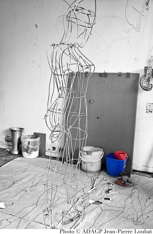Isabelle de Scitivaux vit et travaille à Nîmes. Créatrice de sculptures en fil d'aluminium/fer où rotin.En dehors de son travail personnel, a réalisé des création pour le printemps haussman, Van Cleef et Arpels...