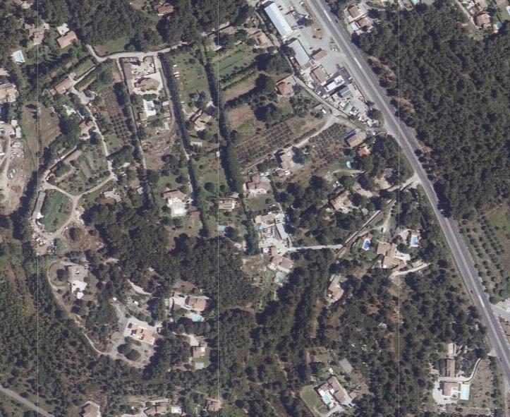 """Zone en vert de la carte 2: vue photographique de la zone construite en Nb (habitat diffus) du POS classée en """"zone naturelle"""" du PLU! (côté L'Anglon et vers Port de Bouc)."""