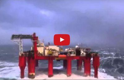 VIDEO - 1.13 minute de frissons à bord d'une plateforme pétrolière en pleine tempête