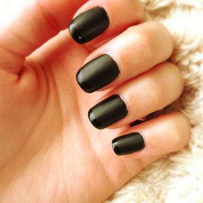 Tried and approved: Black contrasted nails