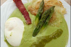 Velouté d'asperges vertes, cigare de jambon cru, tuile parmesan & munster, jus de persil & oeuf poché