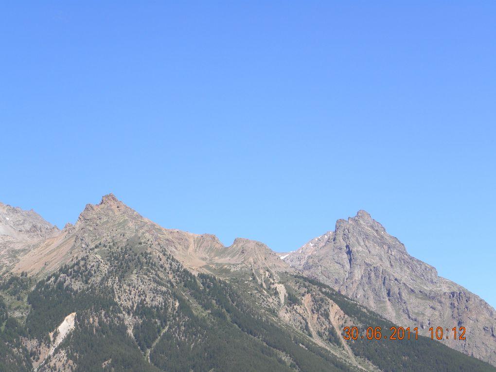 Dernier bourg sur la route du Lautaret en venant du sud, à 1700 mètres d'altitude, site grandiose et à visiter, été comme hiver. Accueil sympathique des autochtones.