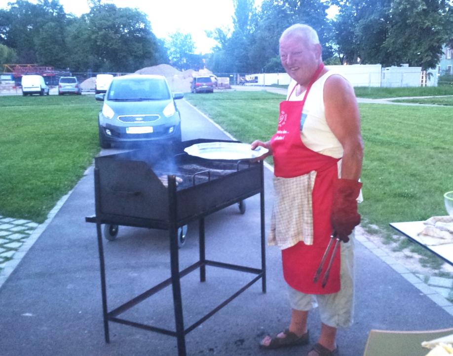 Notre regretté collègue Michel aux manettes du barbecue lors d'une collecte
