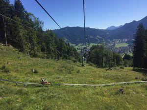 Descente à flanc de colline, c'est pas les montagnes russes mais les Alpes bavaroise ... youhouuuu ! En bas par contre, y avait des gens qui faisaient des choses vraiment pas conventionnelles avec leurs vélos ...