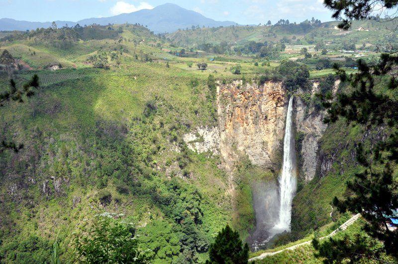 Le Lac Toba, le plus grand lac volcanique du monde ! Il y a environ 75 000 ans, l'éruption terrifiante du super volcan Toba, a duré plusieurs semaines, a entraîné une période de glaciation de plus de 1 000 ans et l'extinction planétaire de