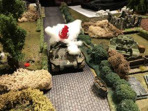 C'etait sans oublier le tir de barrage..Le puma se retrouve inutilisable, et effet de malchance le Goliath n'explose pas ! Heureusement, les troupes de chocs allemandes réussissent à mettre hors de combat un Sherman à l'aide de Panzerfaust et le Panzer fait son office en décimant les troupes régulières anglaises