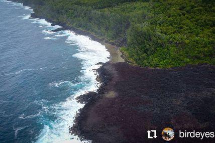 Voici une très belle vue sur la coulée d'avril 2007 et sur l'une des plus jeunes plages au monde la plage du Tremblet au cœur du sud sauvage un univers volcanique.