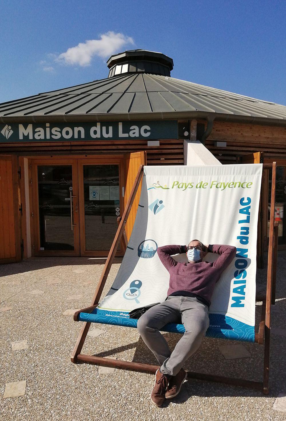 Touche finale à la maison du Lac de Saint-Cassien: les enseignes sont enfin posées.