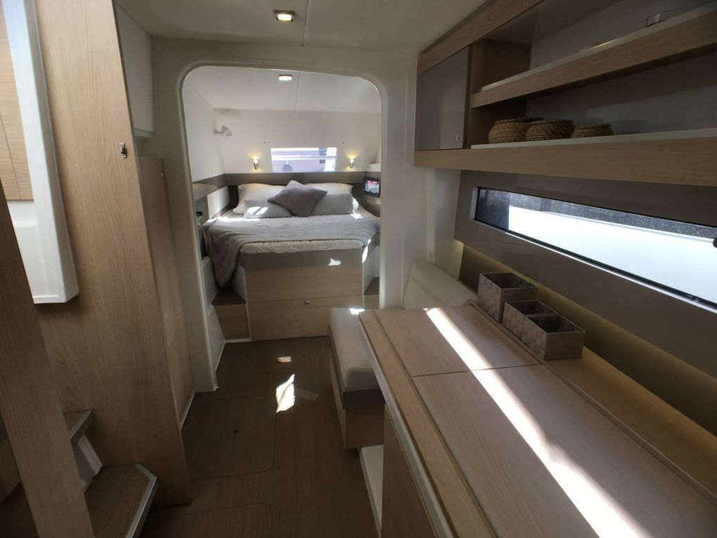 The interior of the cabins is transfigured by the adoption of taupe lacquered panels, which come in contrast with clear lines. Beautiful work!