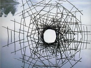 A gauche : Richard Wright (2009) - A droite : Andy Goldsworthy, Screens series, Lake district England 1988 (cliquez pour agrandir)