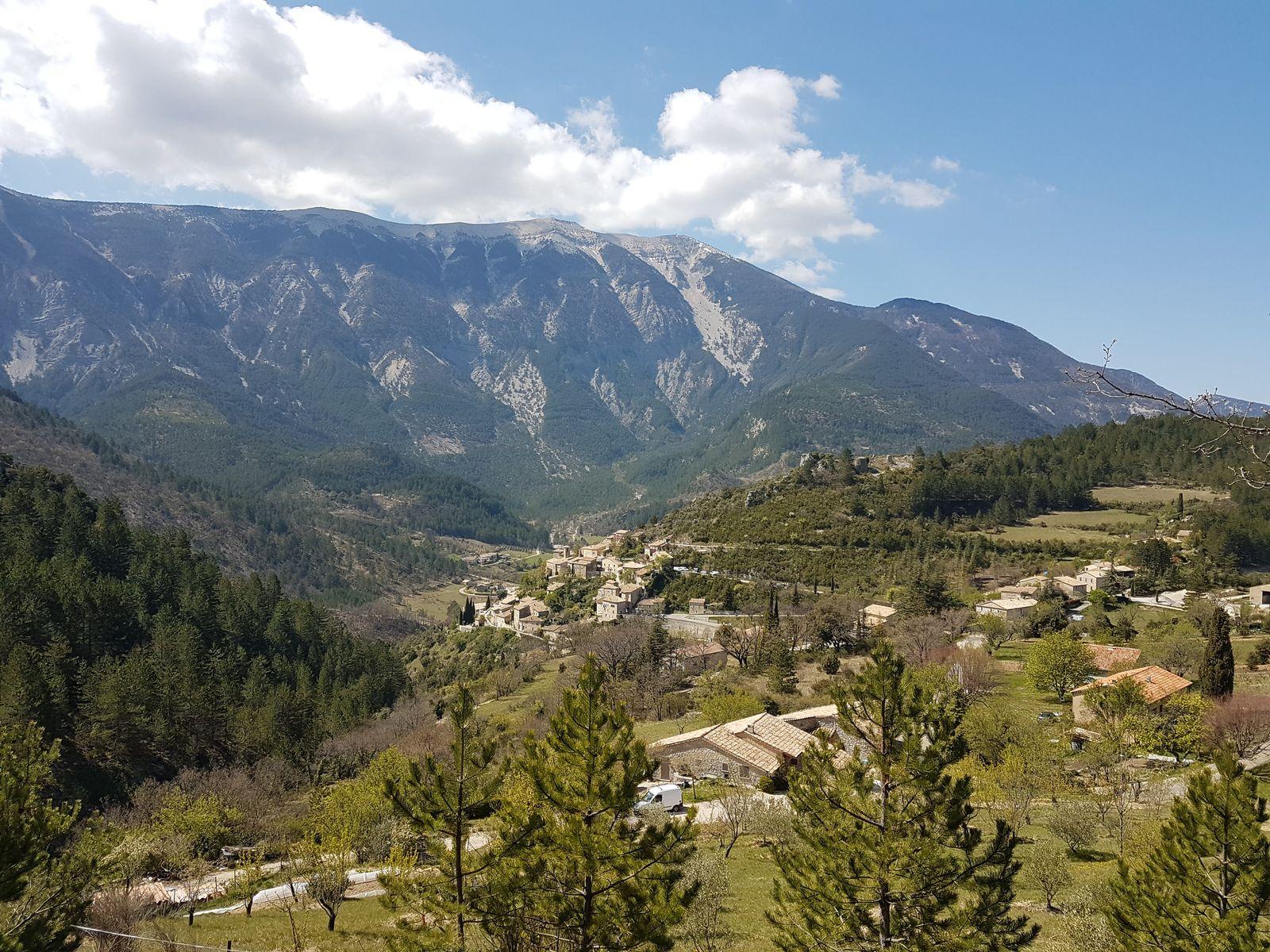 Brantes et en toile de fond (toile de maître) la face nord du géant de Provence.