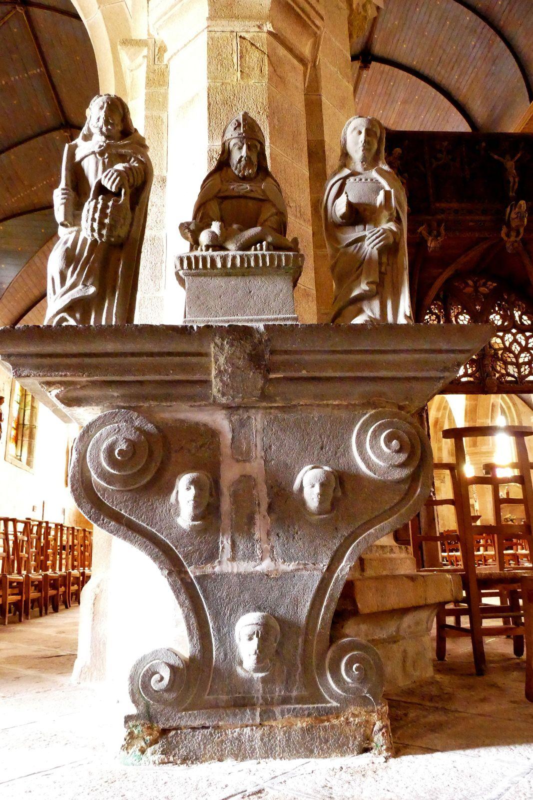 Table d'offrande ( kersanton, Maître de Plougastel vers 1600), de la chapelle de Lambader. Photographie lavieb-aile.