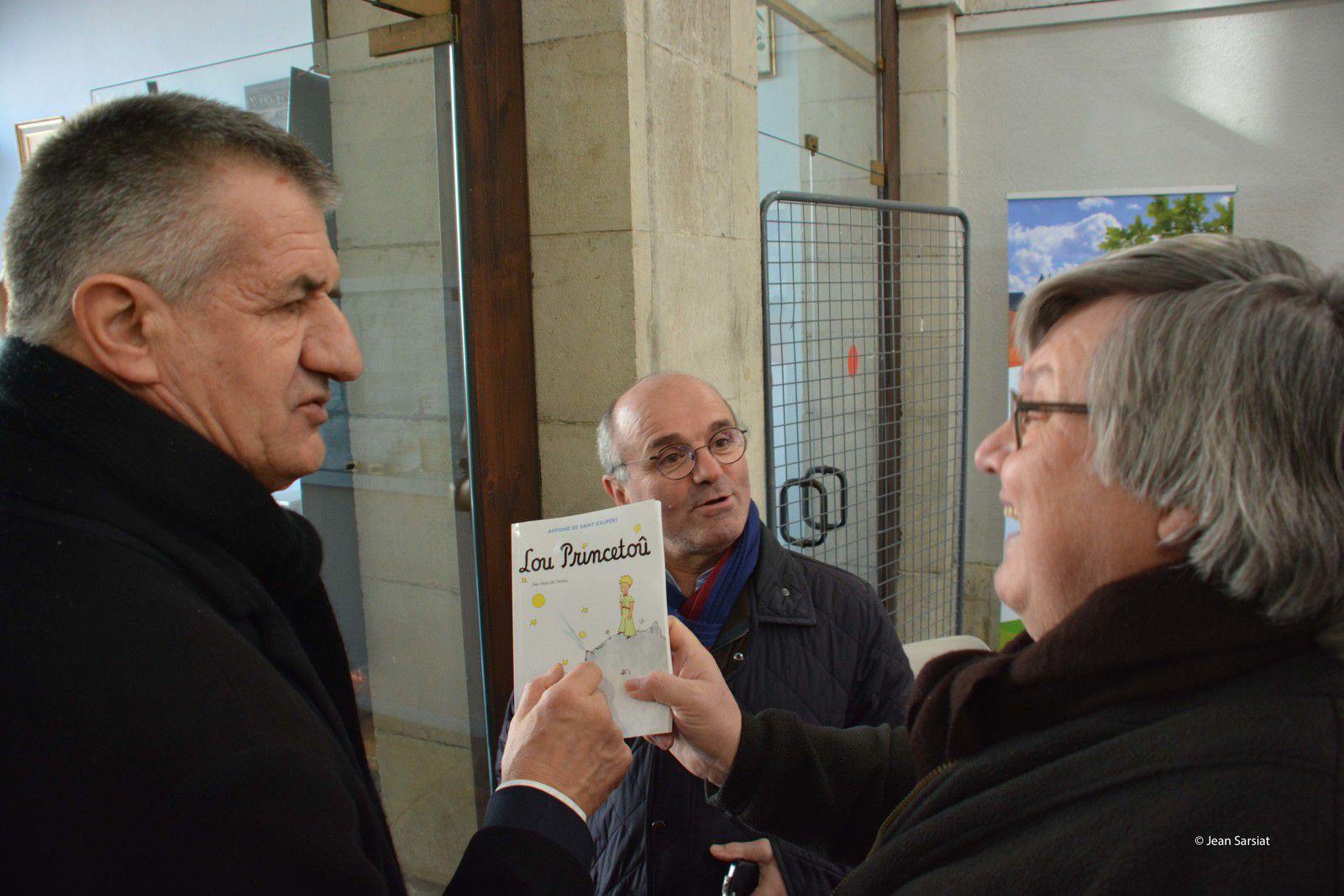 Alain Fleuret, secrétaire général et chargé de la com', conversant avec le député Jean Lassalle et Patrick Baldan, maire de Castetnau-Camblong