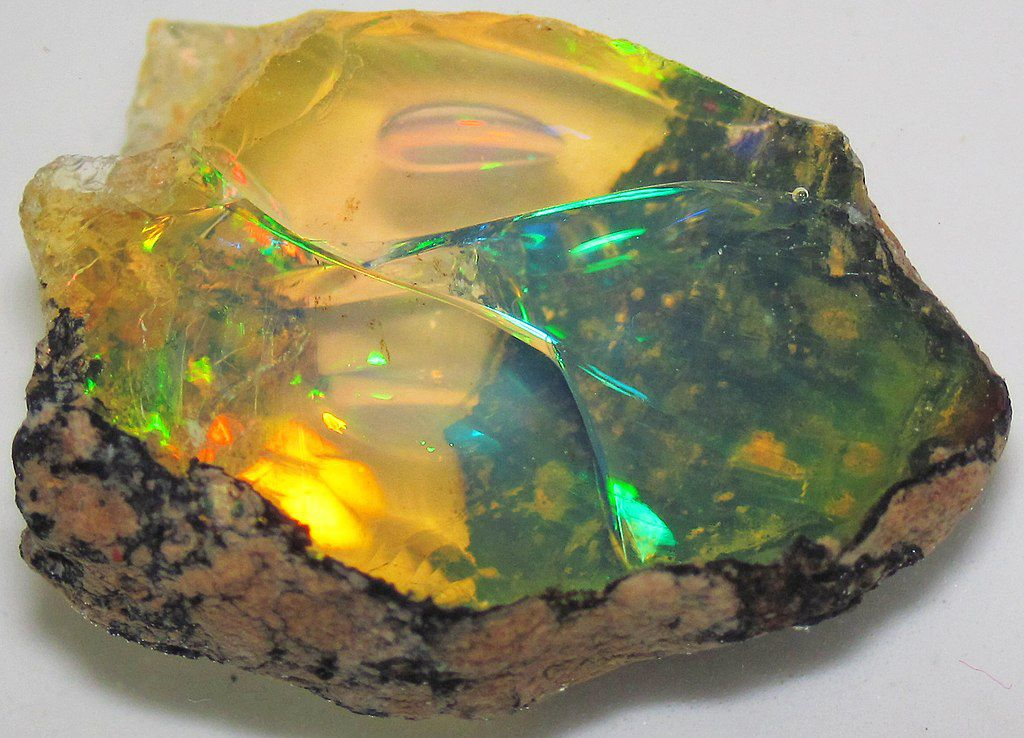 Par James St. John — Hydrophane opal (precious opal) immersed in water (Tertiary; Ethiopia) 3, CC BY 2.0, https://commons.wikimedia.org/w/index.php?curid=84500559