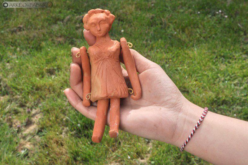Reproduction de poupée gallo-romaine.