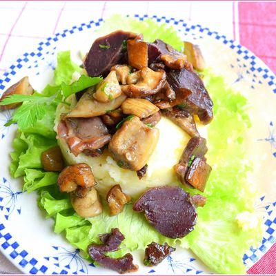 Cèpes et gésiers confits sur une écrasée de pommes de terre.