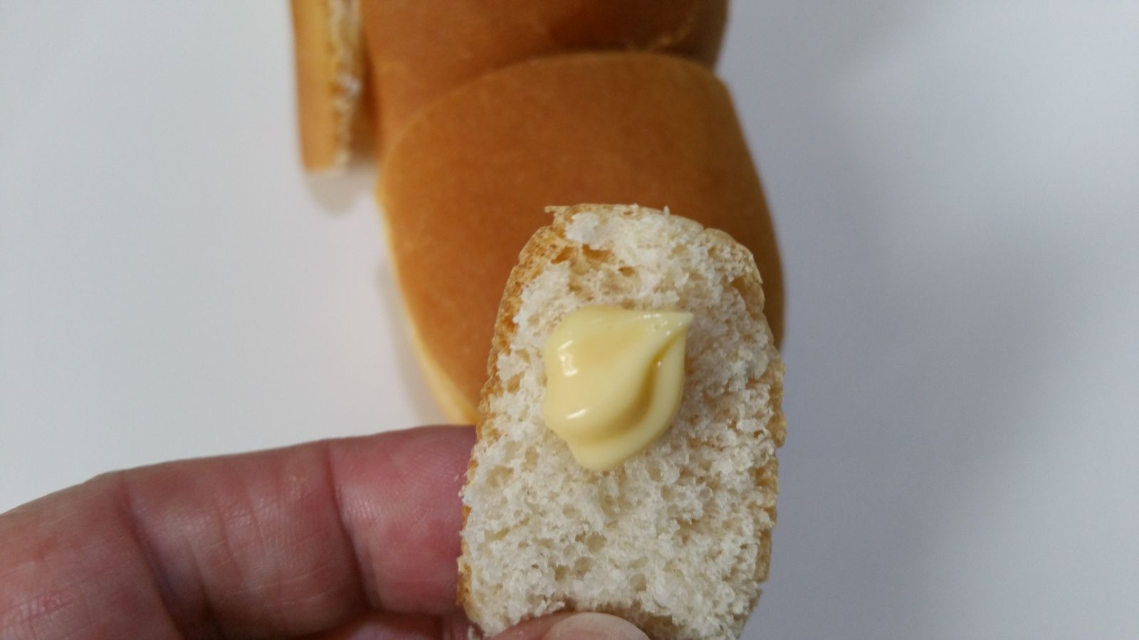 4 - Utiliser des points de mayonnaise pour coller les yeux, les oreilles et tous les petits éléments