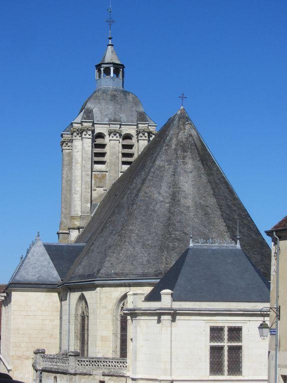 L'église saint Sauveur, dont les vitraux relatent des épisodes historisques, comme la prise de la ville par Blanche de Castille.