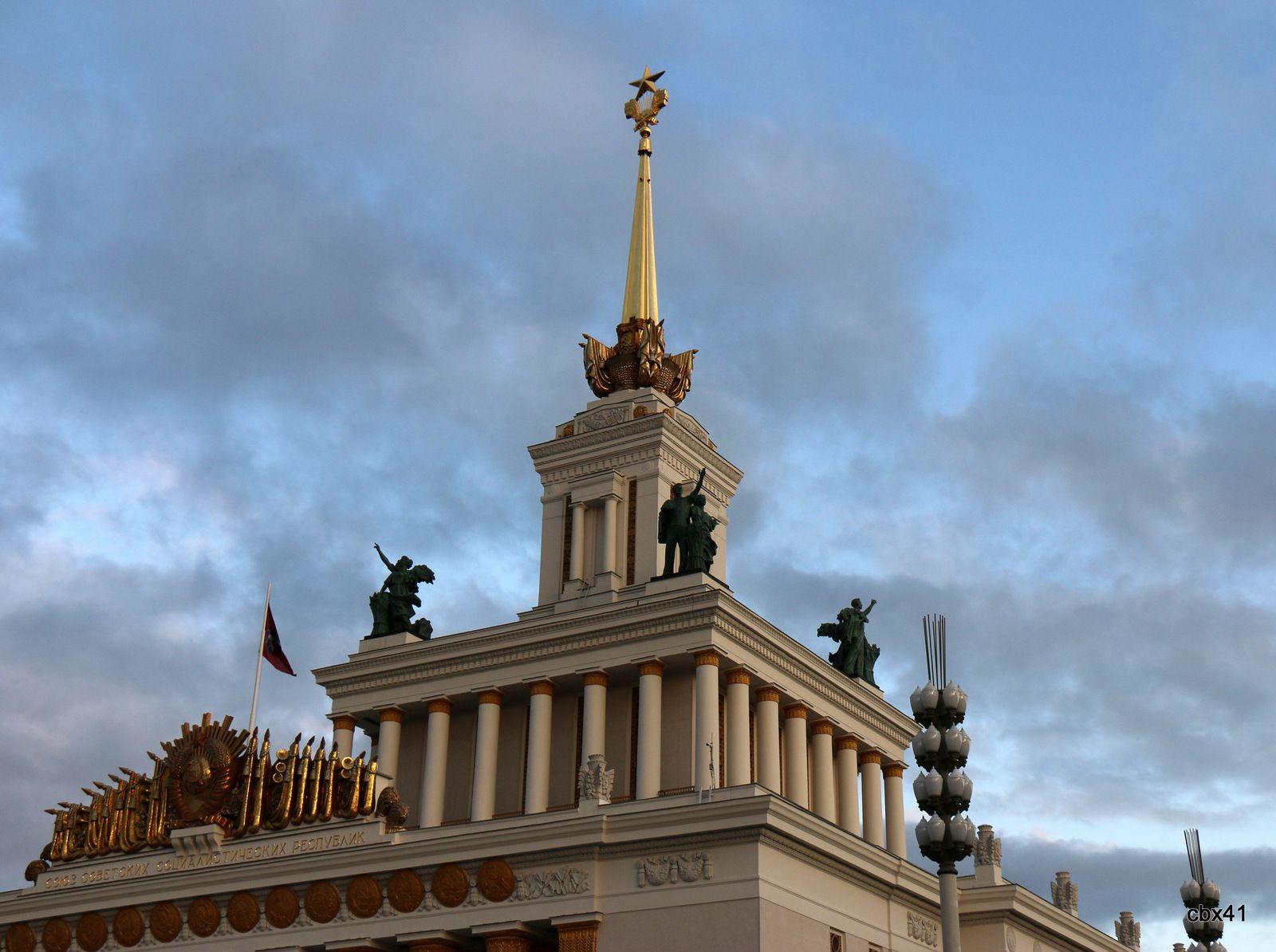 Groupes sculptés de la Maison du peuple russe,  Centre des expositions de Moscou