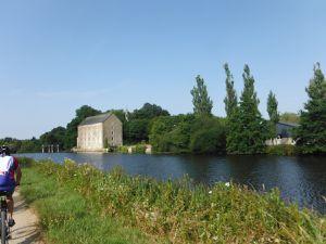 Un ancien moulin, un clocher dont j'ignore sur quelle commune ils sont situés.