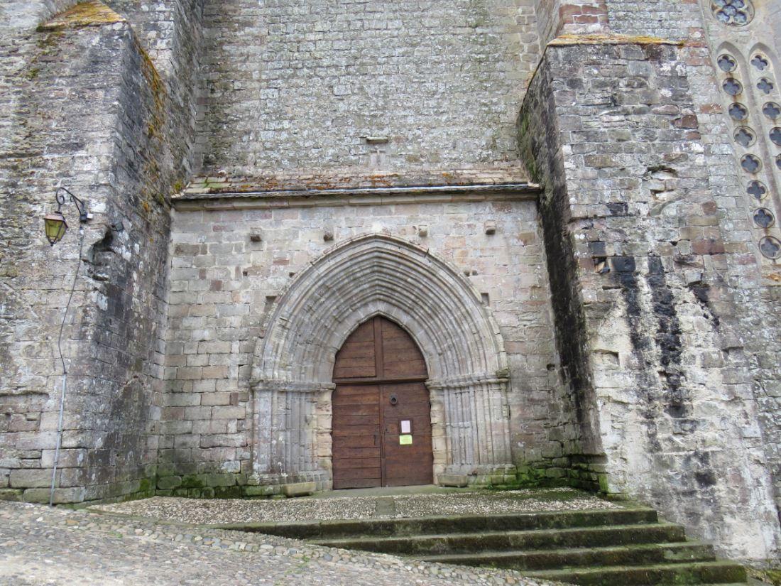 Village médiéval s'étirant le long d'une arête rocheuse