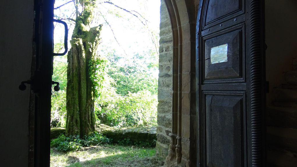 A l'entrée de l'église des Infournats