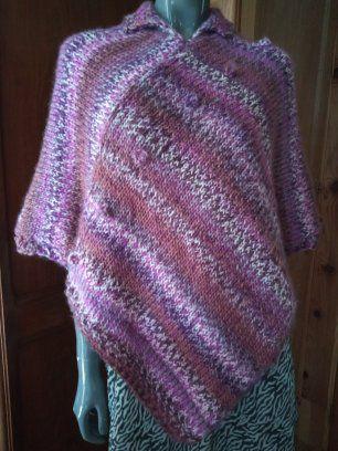 Un poncho en acrylique et laine, un châle pour une mariée en soie et alpaga brossé et un châle en acrylique