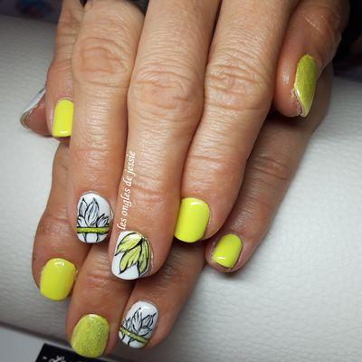 ongles jaune nailart fleur style moderne
