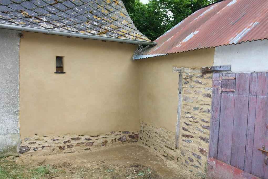 Etapes d'une restauration d'un mur d'angle en terre.