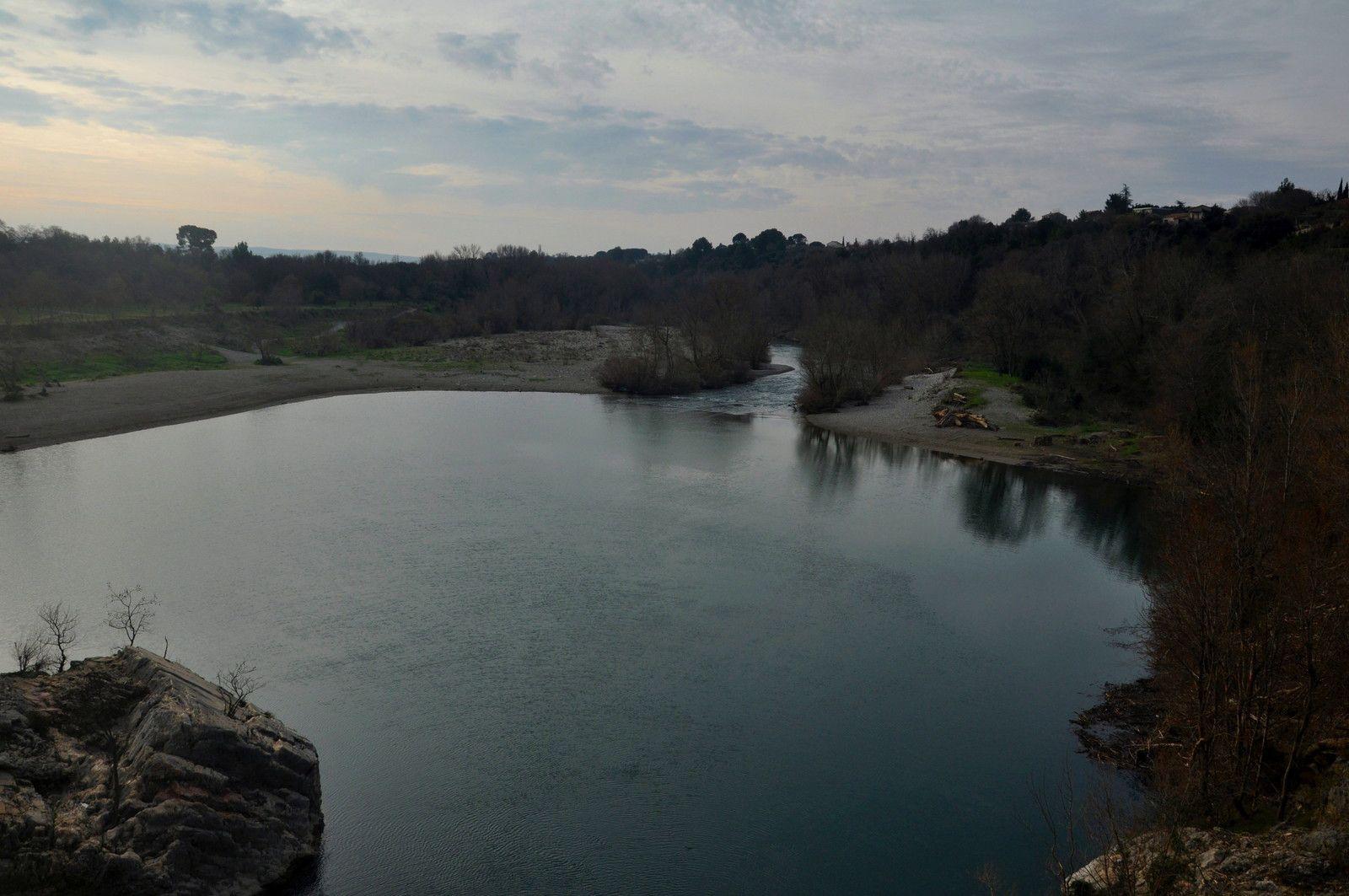 C'est ici que des personnes sautent dans l'eau avec des morts tous les ans, moi je profite du paysage.