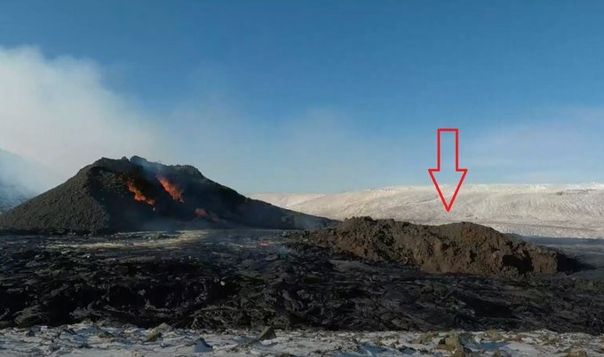 Eruption in progress in Geldingadalur - 28.03.2021 - Part of the collapsed northern cone was carried by the lava flow like a large raft - photos via Óróapúls / Volcanism in Iceland