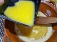 1 - Peler la poire et la détailler en petits dés. Prélever les zestes du citron non traité. Dans un saladier casser les 3 oeufs et fouetter avec le sucre jusqu'à ce que le mélange blanchisse. Faire fondre le beurre et ajouter à la préparation.