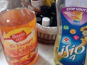 Recette maison : un pulvérisateur, de l'huile, du vinaigre de cidre et des huiles essentielles