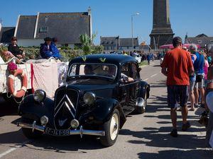 défilé de voitures anciennes et de groupes