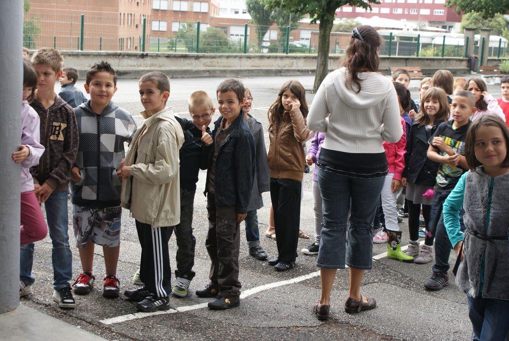 Les enfants de Saint-Jean-de-Maurienne ont repris le chemin des écoles le lundi 5 septembre. Monsieur le Maire et ses adjoints leur ont rendu visite pour ce jour particulier.  Photos : J.Tracq