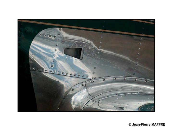 L'étonnante relation du métal et de ses reflets lumineux nous entraîne dans un univers pictural insolite.