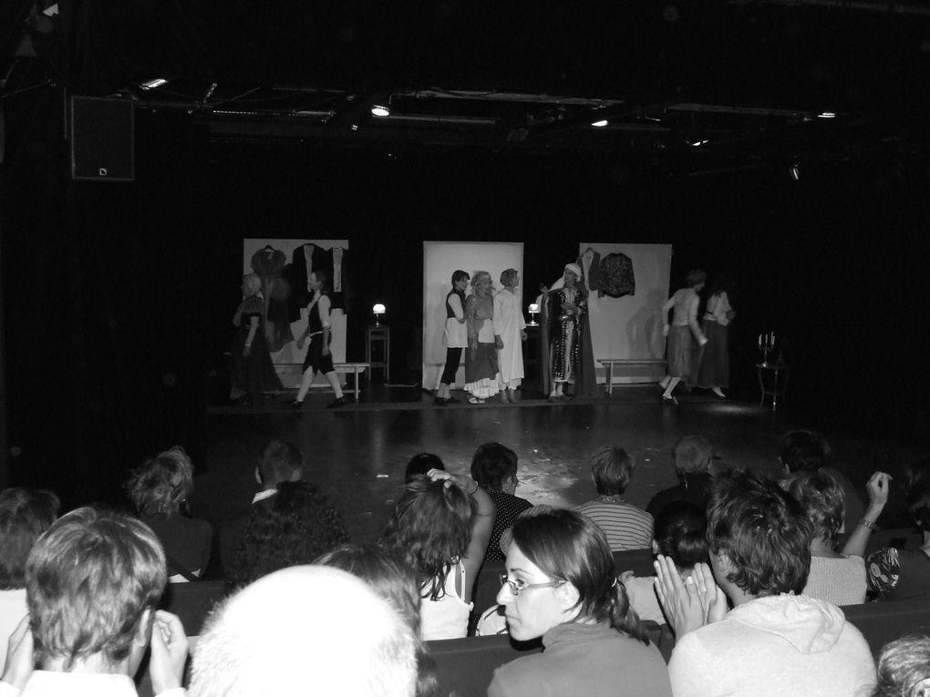 Quelques images de FESTHEA 2011. Principalement, celles de la vie en dehors du théâtre. Un aperçu de l'ambiance.