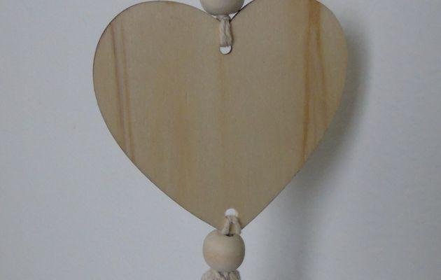 Petite suspension en coeur bois et pompon..