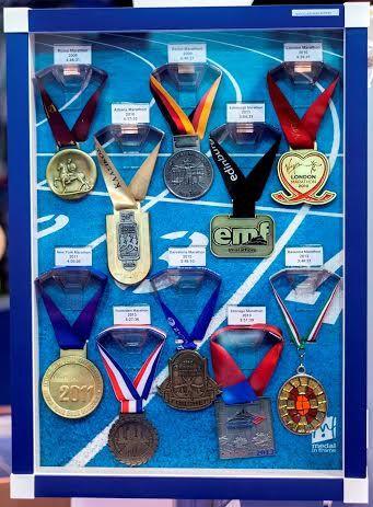 Alcune foto che illustrano le attività della piccola azienda inglese che produce medaglieri personalizzabili