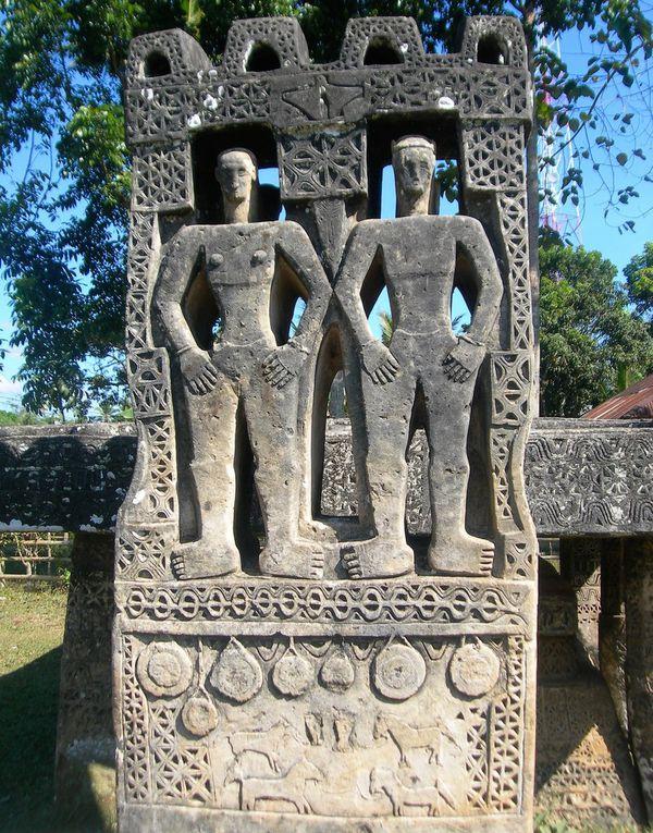 Une des îles les plus étranges d'Indonésie, de culture animiste, où l'on trouve des pierres tombales dont certaines remonteraient au XVIème siècle. Aujourd'hui encore les sépultures en ciment évoquent la personnalité du défunt, son occupation:  par exemple, on pose un avion en ciment sur la pierre  tombale, s'il était pilote d'avion, ou bien on représentera le défunt en tant que cavalier. L'animisme -  religion ou croyance selon laquelle toute chose vivante ou inerte, possède une âme -  a toujours régné à Sumba, ce  qui en fait une île très particulière, notamment en ce qui concerne les sépultures -  attention, il existe des emplacements strictement tabous au sein de chaque village. Etant donné  que l'animisme n'est pas monothéiste, les autorités indonésiennes ne le reconnaissent pas comme une religion. Les animistes procèdent à des sacrifices ( cochon, chien, buffle ) lors des cérémonies d' enterrement. Comme à Madagascar, avant le repos définitif des âmes, une cérémonie de déterrement a lieu. Puis les ossements sont placés définitivement sous une lourde pierre tombale, au milieu du village. L'âme du défunt est censée monter au ciel à l'extrême pointe ouest de l'île  ( dernière photo ).